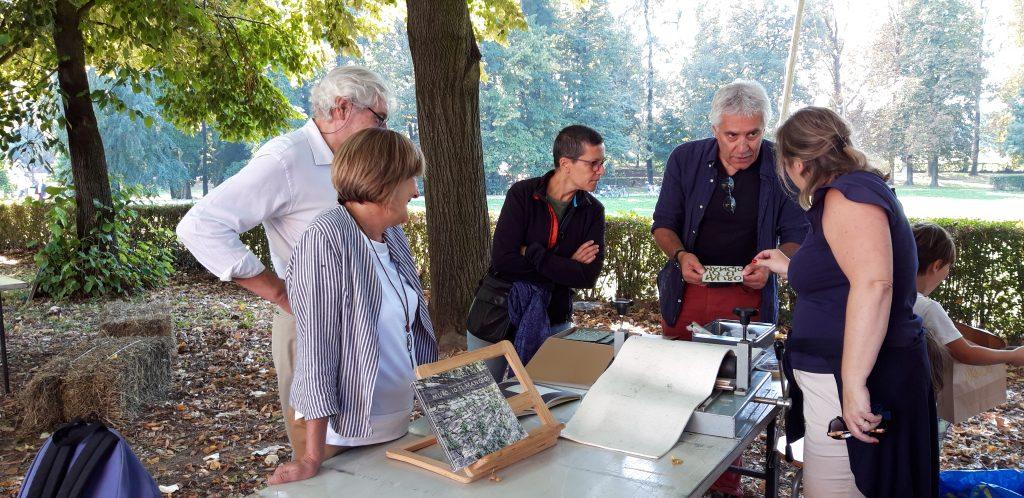 Carlo Bava con alcuni partecipanti al corso di stampa calcografica