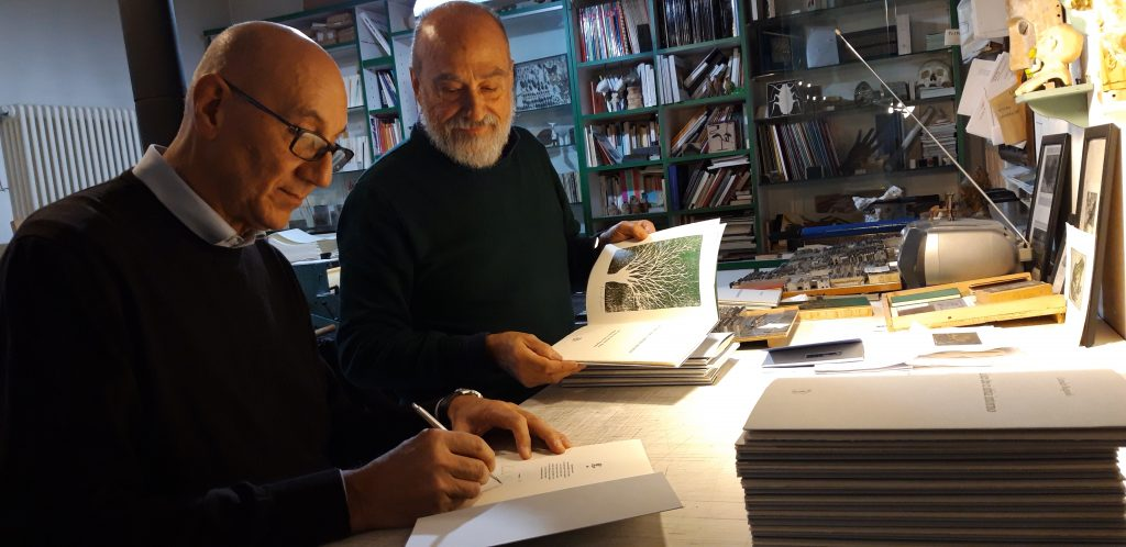 Corrado Bagnoli mentre firma il libro d'arte