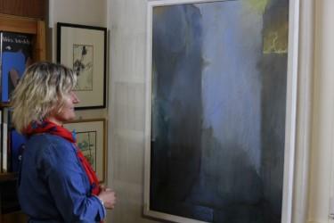 Elisabetta Motta di fronte ad una tela di Adalberto Borioli