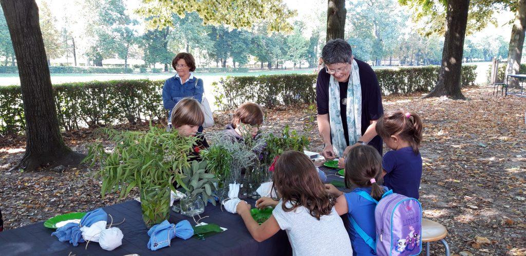 Maria Cristina Pasquali mentre realizza il laboratorio sulle erbe per i bambini