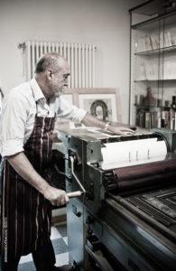Luciano Ragozzino mentre stampa. Ph di Alessia Bottaccio