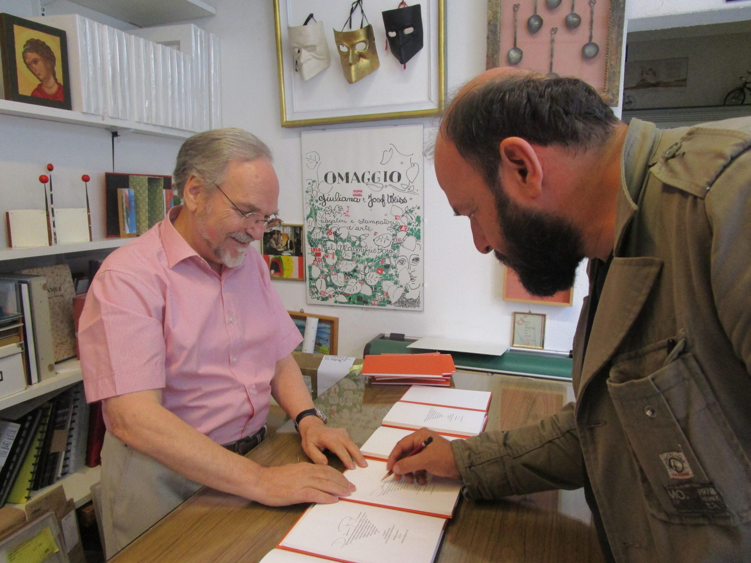 Josef Weiss con il poeta Davide Rondoni. Scatto di Elisabetta Motta.