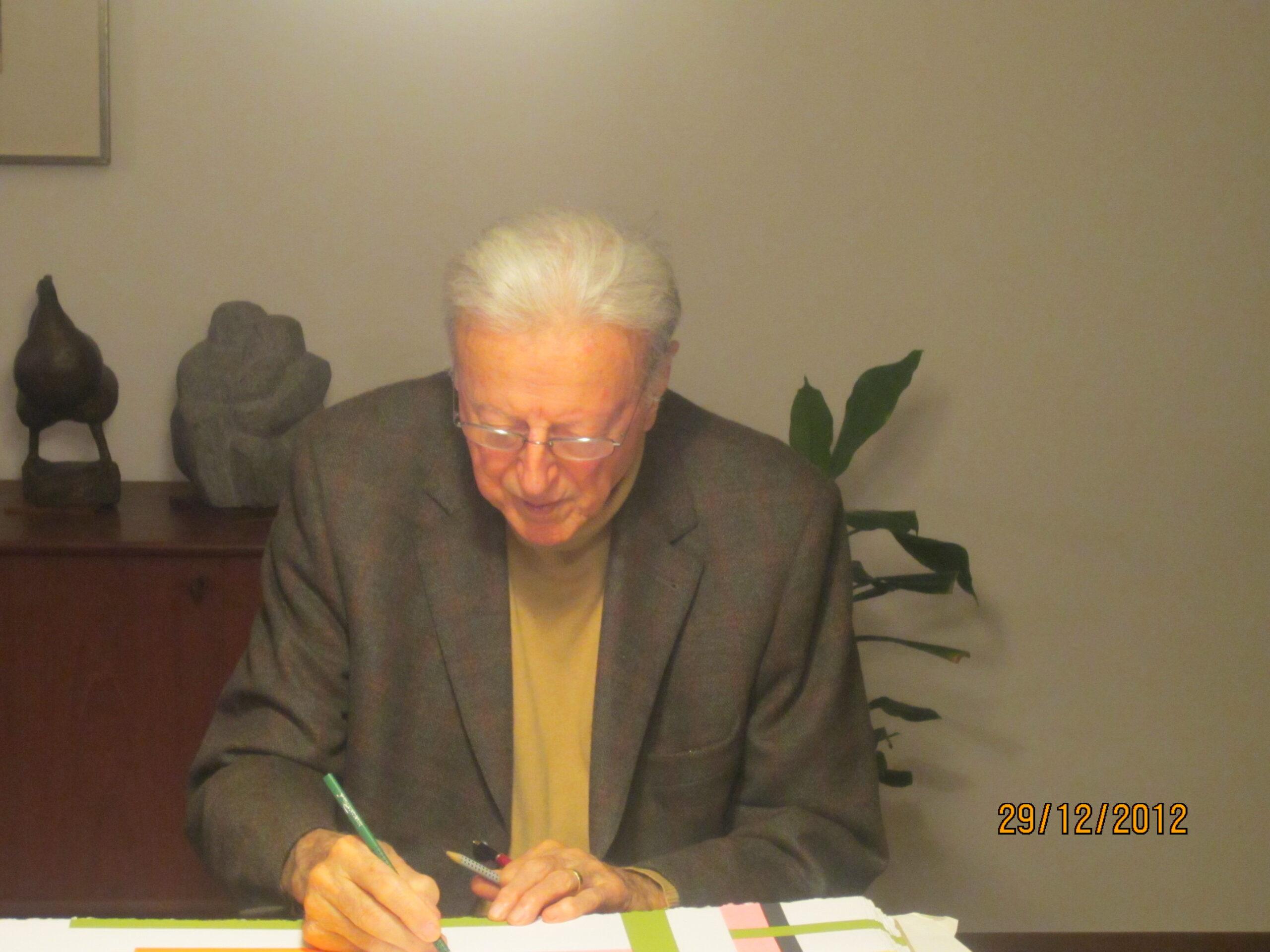 Giorgio Orelli mentre firma Ragni, La buca delle lettere Lithos, 2012 © scatto di Elisabetta Motta.